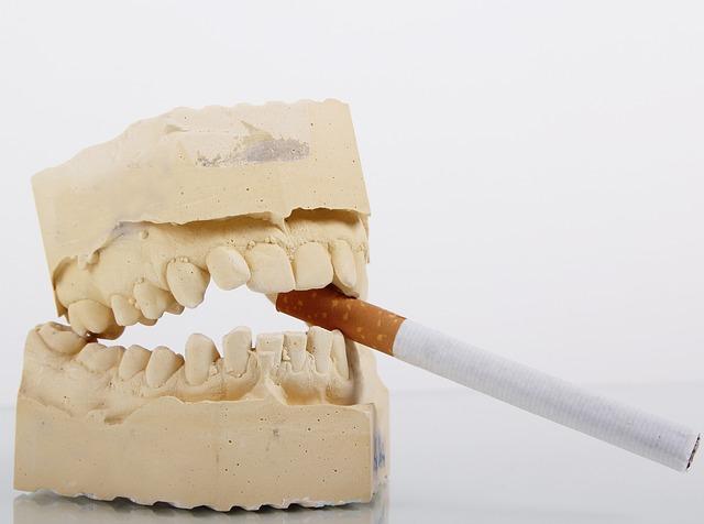 il fumo fa male ai denti